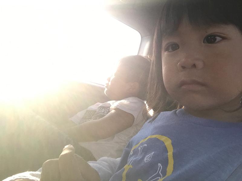 あんなに仲良しの2人も帰りの車中では、チーン!